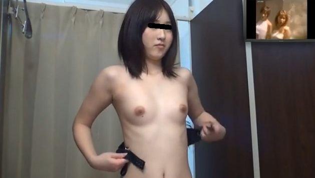 水着や下着に着替えようと全裸になる女の子 (4)