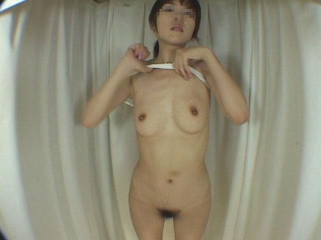 水着や下着に着替えようと全裸になる女の子 (6)