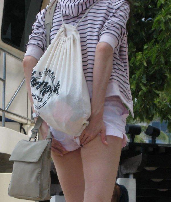 ショートパンツからケツの肉が出てる (20)