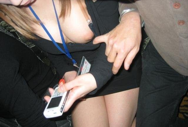 片方の乳房だけ露出する女の子 (6)