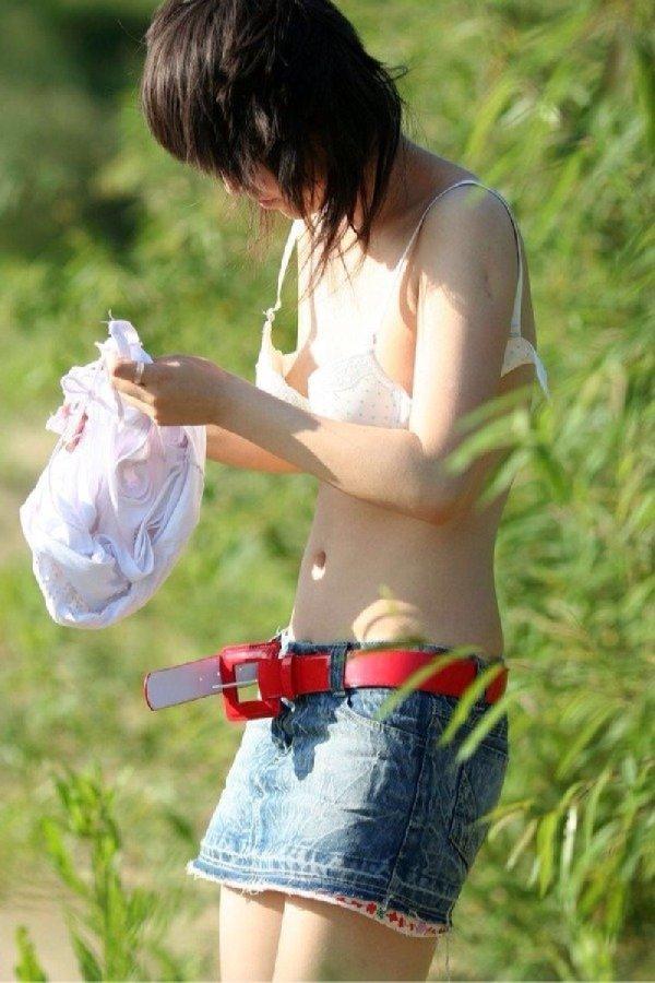 屋外で脱衣中の女の子が丸見え (12)