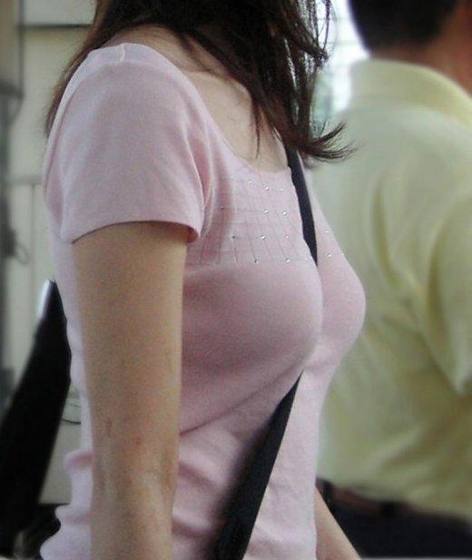 乳房と谷間が強調されて胸元がエロい事態になってる (14)