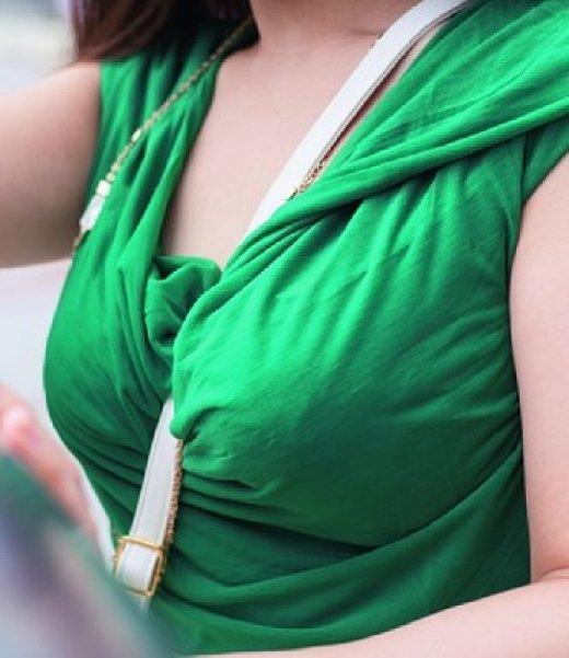 乳房と谷間が強調されて胸元がエロい事態になってる (10)