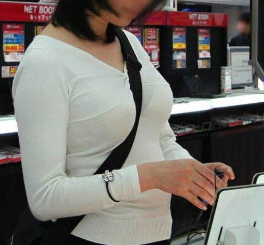 乳房と谷間が強調されて胸元がエロい事態になってる (11)