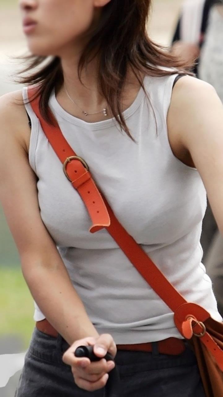 乳房と谷間が強調されて胸元がエロい事態になってる (6)