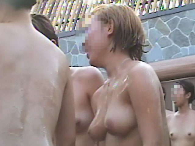 露天風呂に入浴中の女の子 (6)