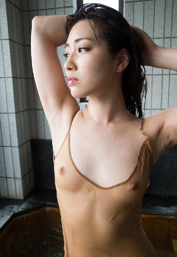 乳頭まで透けている女の子 (9)