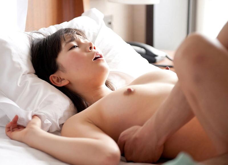ちっちゃい乳房を震わせながらSEXする女の子 (9)