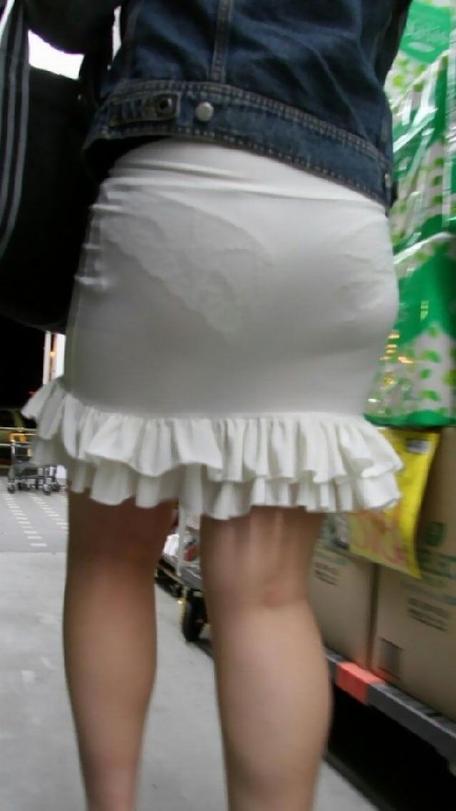 どんな下着を穿いているのか分かるほど透けてる (8)