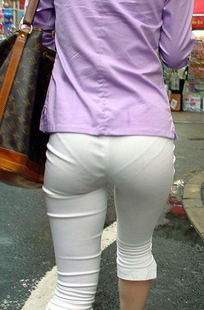 どんな下着を穿いているのか分かるほど透けてる (15)