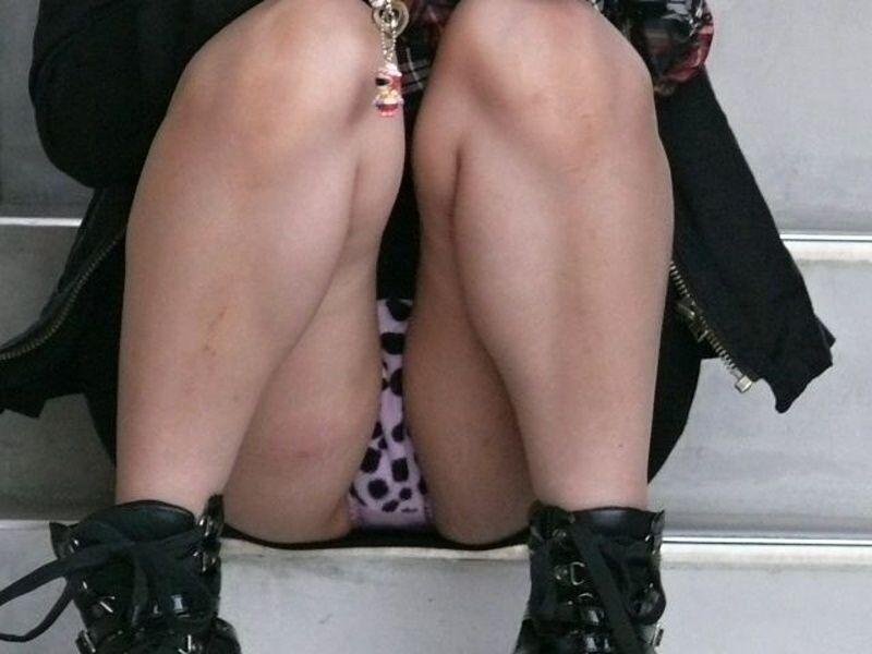股間の辺りから下着がチラチラ (8)