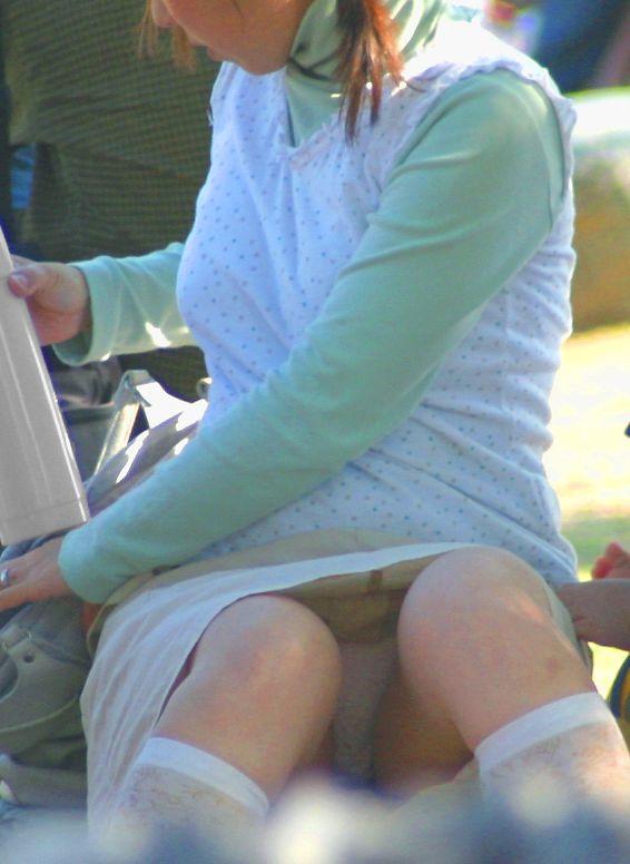股間の辺りから下着がチラチラ (2)