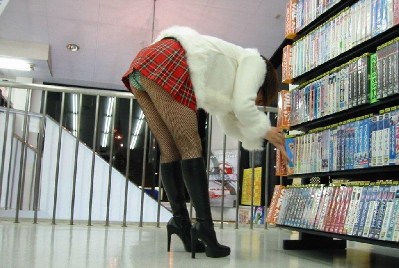 短いスカートから当然のように下着がチラリ (17)