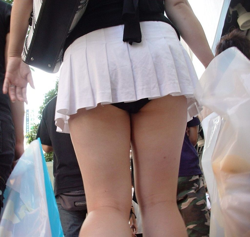 短いスカートから当然のように下着がチラリ (10)