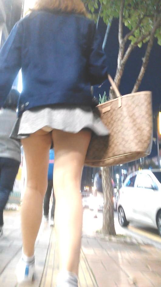 短いスカートから当然のように下着がチラリ (2)