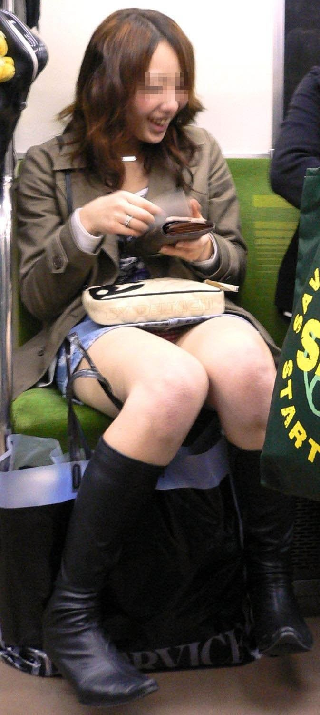 シート正面の無防備な女の子は下着がチラチラ (9)