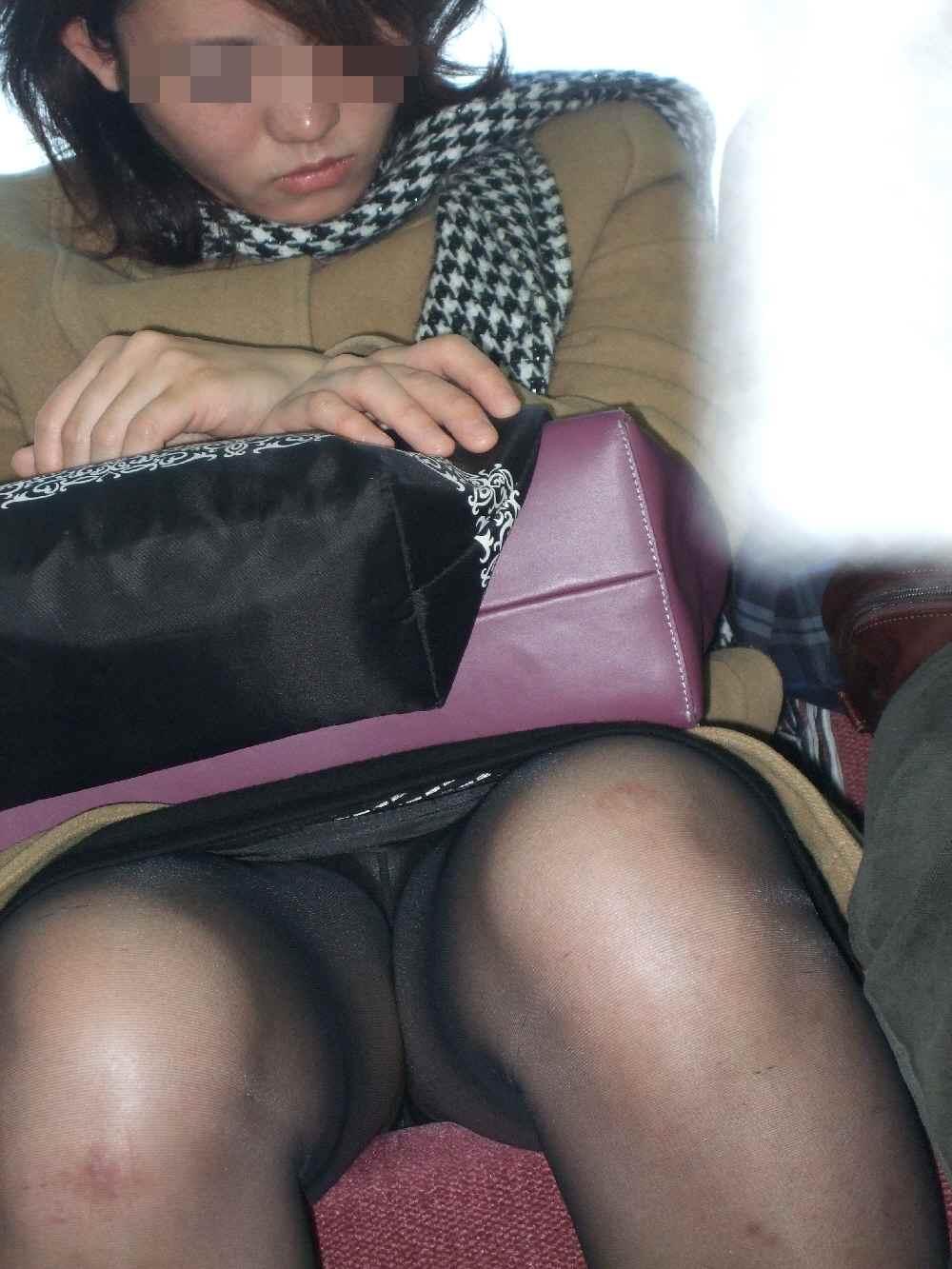 シート正面の無防備な女の子は下着がチラチラ (5)