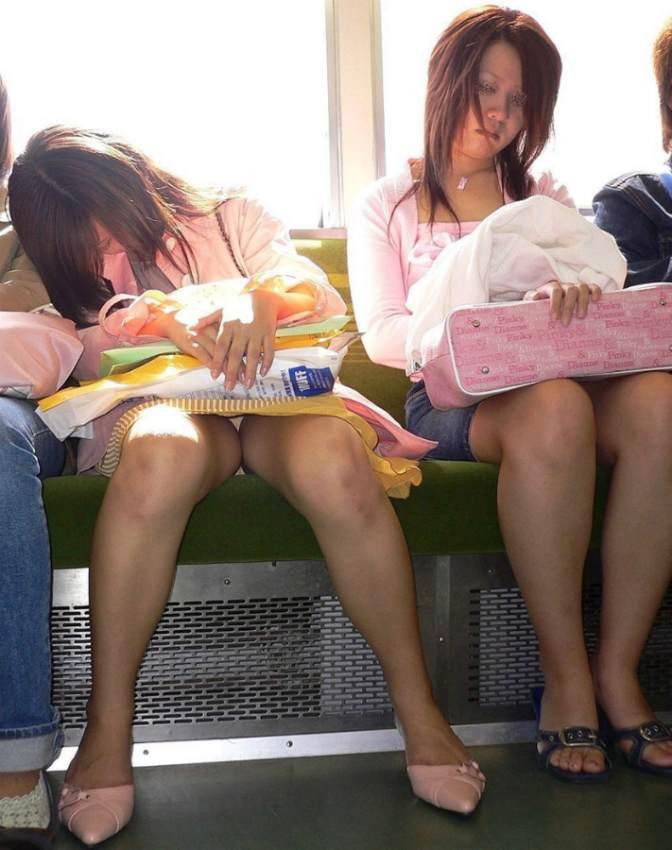 シート正面の無防備な女の子は下着がチラチラ (2)