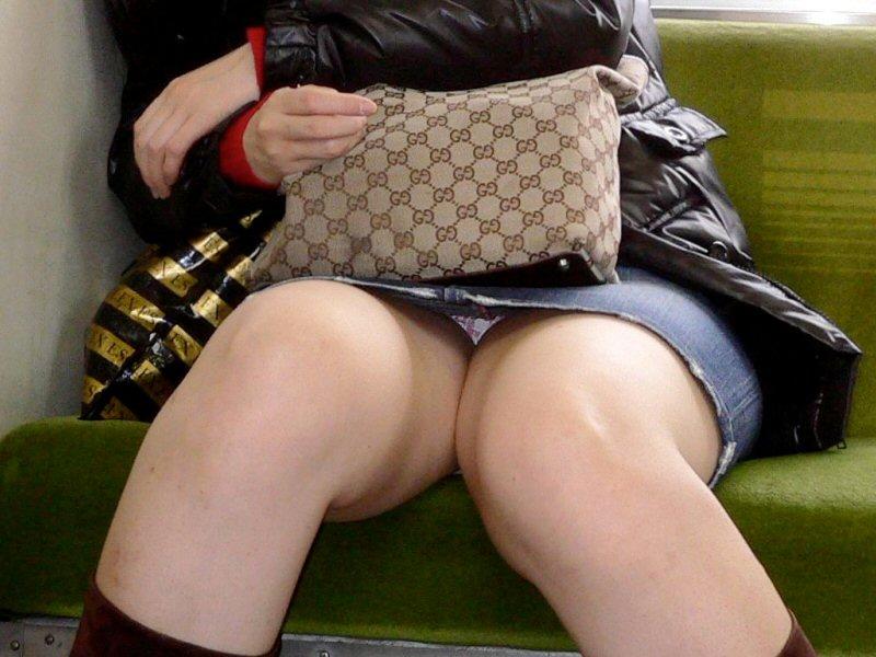 シート正面の無防備な女の子は下着がチラチラ (3)