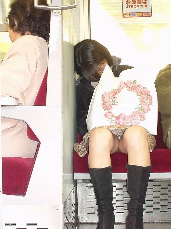 シート正面の無防備な女の子は下着がチラチラ (6)