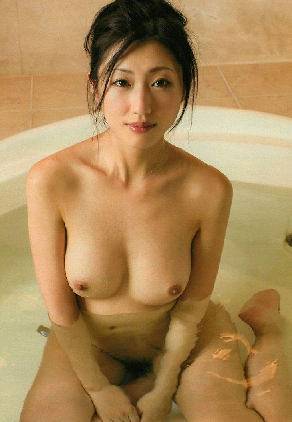 お風呂に入るヌードの女の子が艶かしい (19)