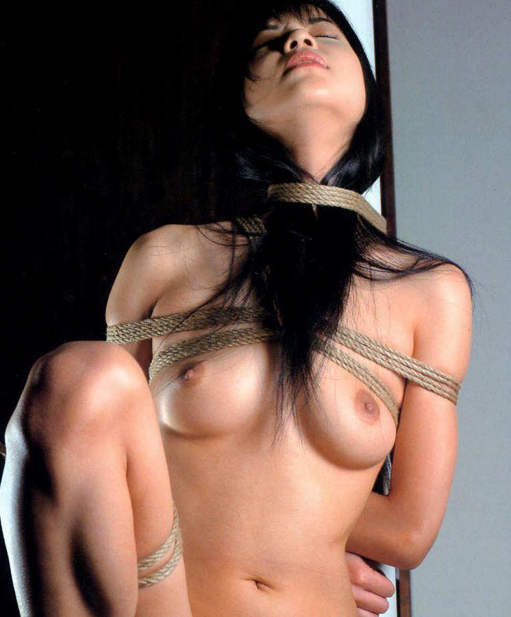 縄で体中を縛り上げられている女の子 (3)