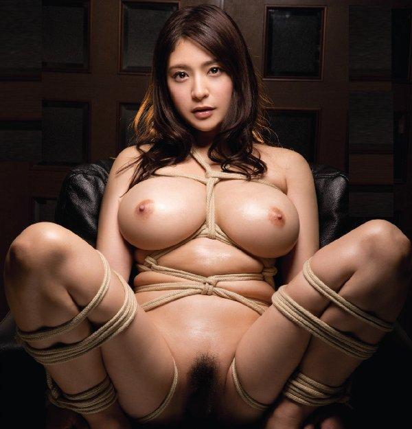 縄で体中を縛り上げられている女の子 (1)