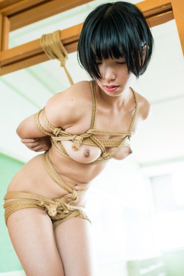 縄で体中を縛り上げられている女の子 (6)