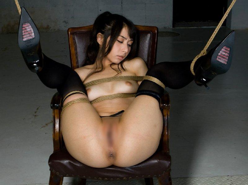 縄で体中を縛り上げられている女の子 (16)