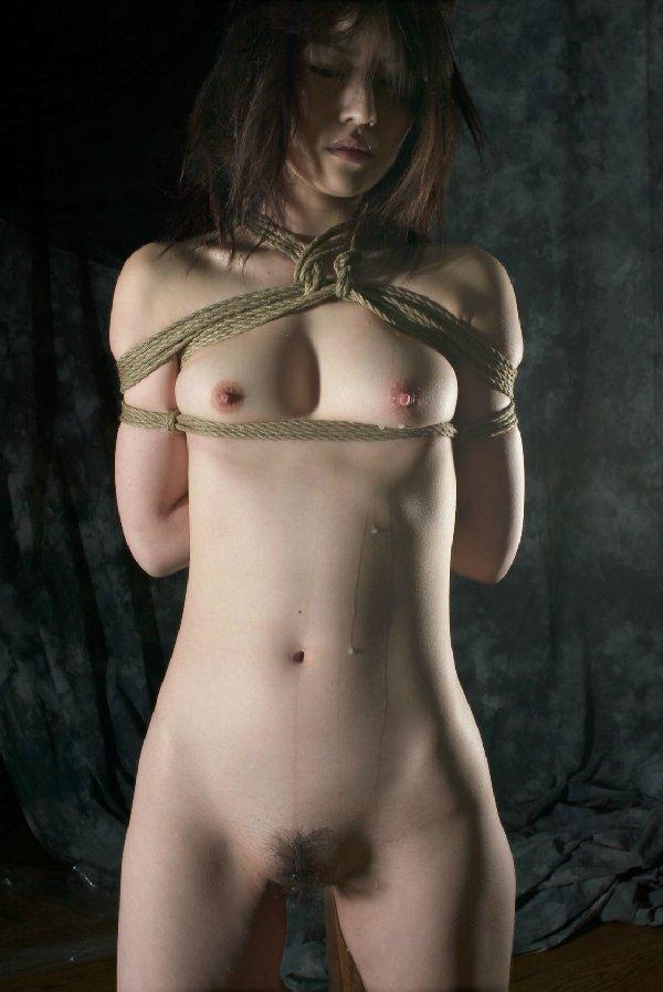 縄で体中を縛り上げられている女の子 (17)