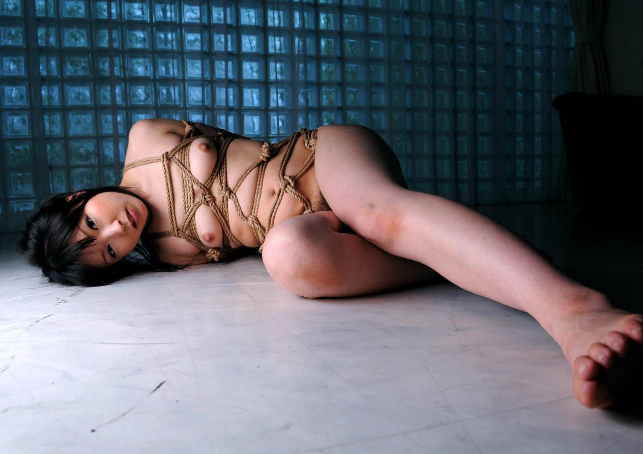 縄で体中を縛り上げられている女の子 (4)