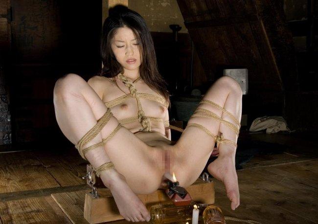 縄で体中を縛り上げられている女の子 (9)