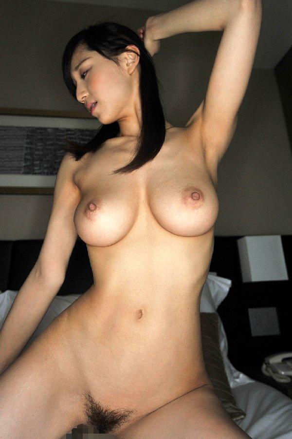 乳房と腋の下をペロペロしたくなる裸の女の子 (19)