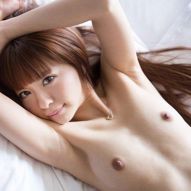 乳房と腋の下をペロペロしたくなる裸の女の子 (1)