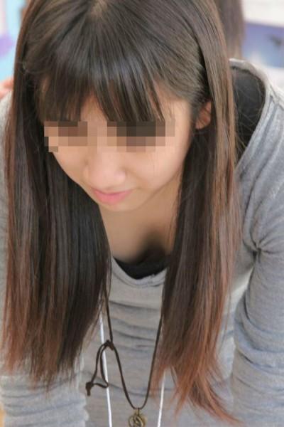乳房が隙間から見えちゃった女の子 (14)