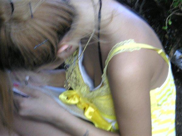 谷間や乳頭を観察したくなる女の子 (16)