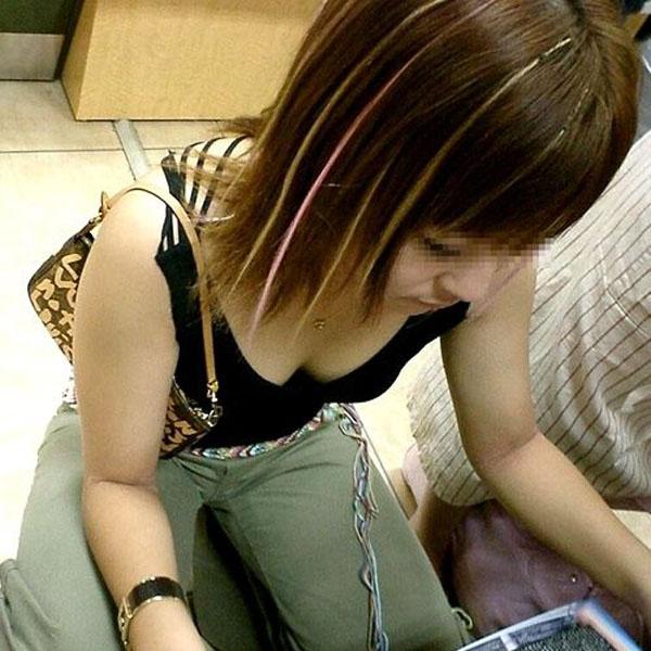 谷間や乳頭を観察したくなる女の子 (2)