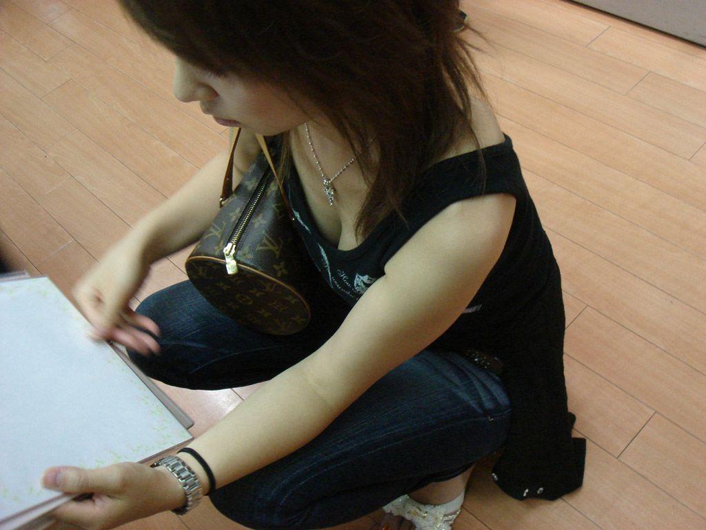 谷間や乳頭を観察したくなる女の子 (4)