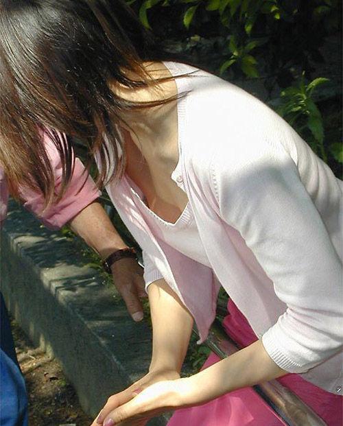 乳房が予想外に見えちゃった女の子 (16)