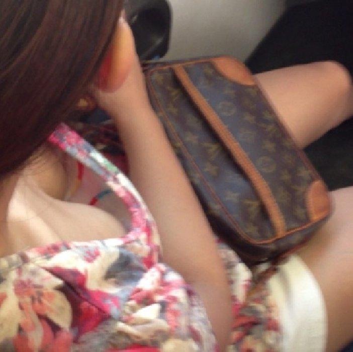 おっぱいの谷間が見えている車内の女の子 (1)