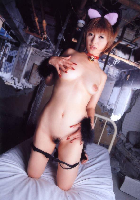 服を脱いでネコ耳だけ装着する女の子 (4)