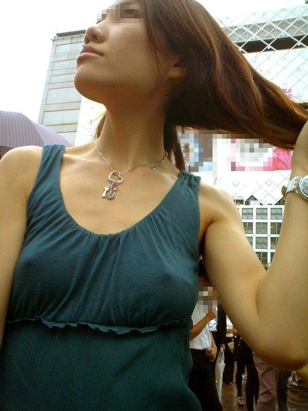 乳頭が浮き出てしまった着衣の女の子 (6)