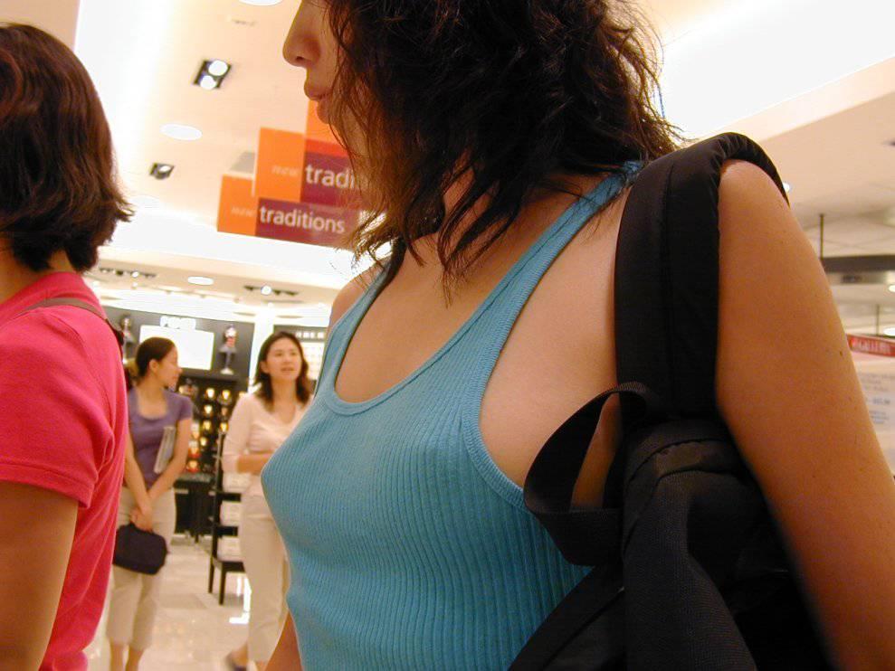 乳頭が浮き出てしまった着衣の女の子 (3)