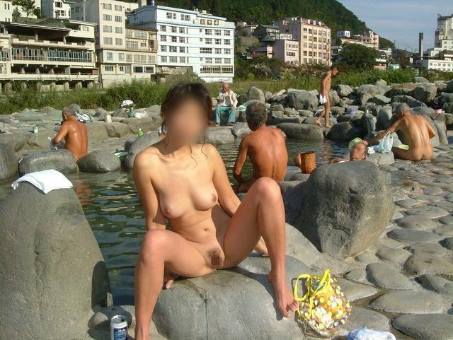 露天風呂に入浴中の裸の素人さんをパシャリ (6)