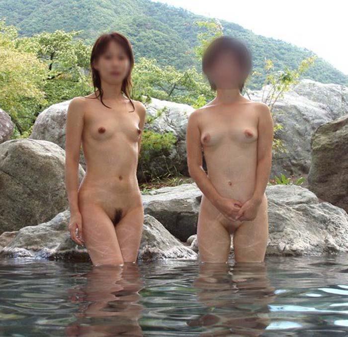 露天風呂に入浴中の裸の素人さんをパシャリ (3)