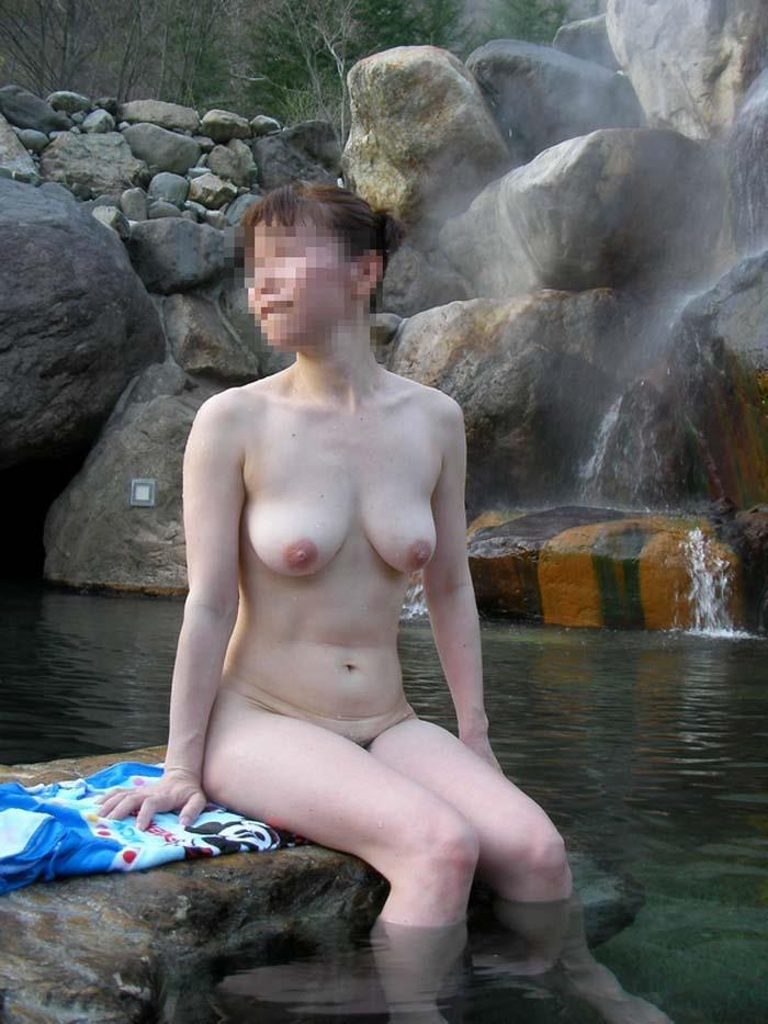 露天風呂に入浴中の裸の素人さんをパシャリ (8)