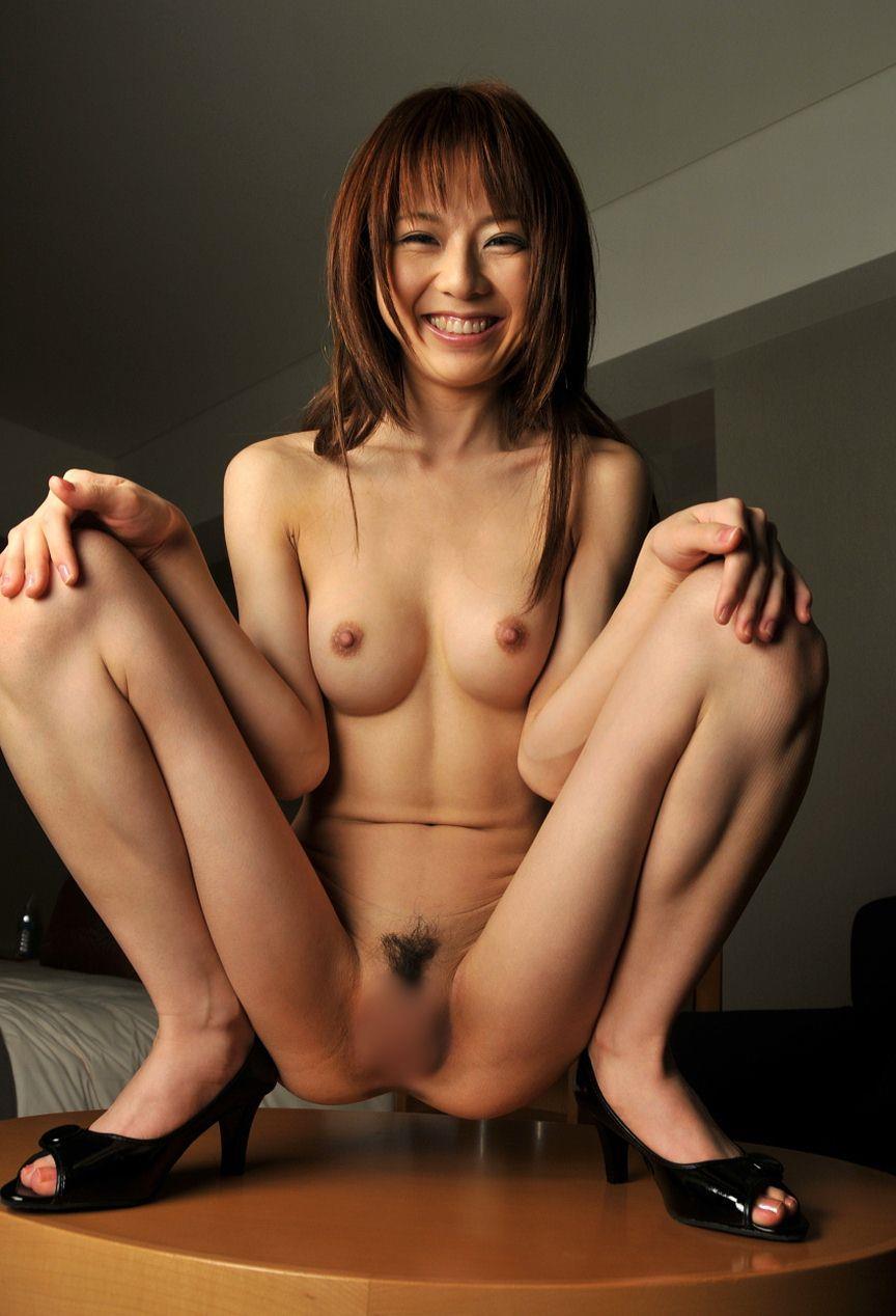 股間を広げて男を誘う女の子 (4)