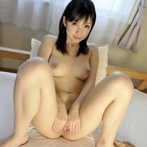 股間を広げて男を誘う女の子 (1)