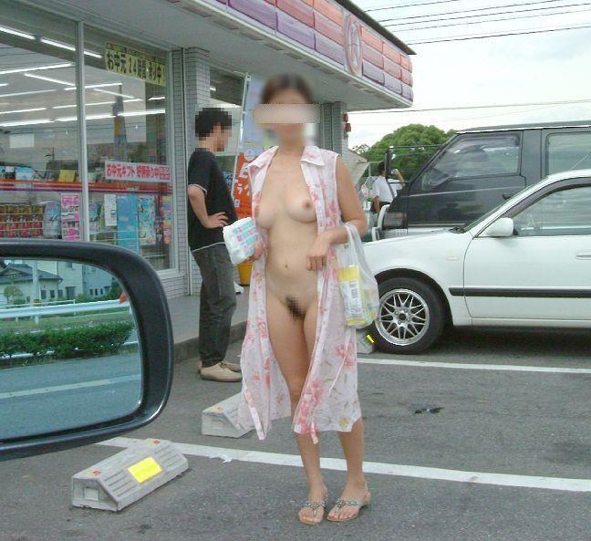 服を脱いで裸の開放感を感じている女の子 (12)