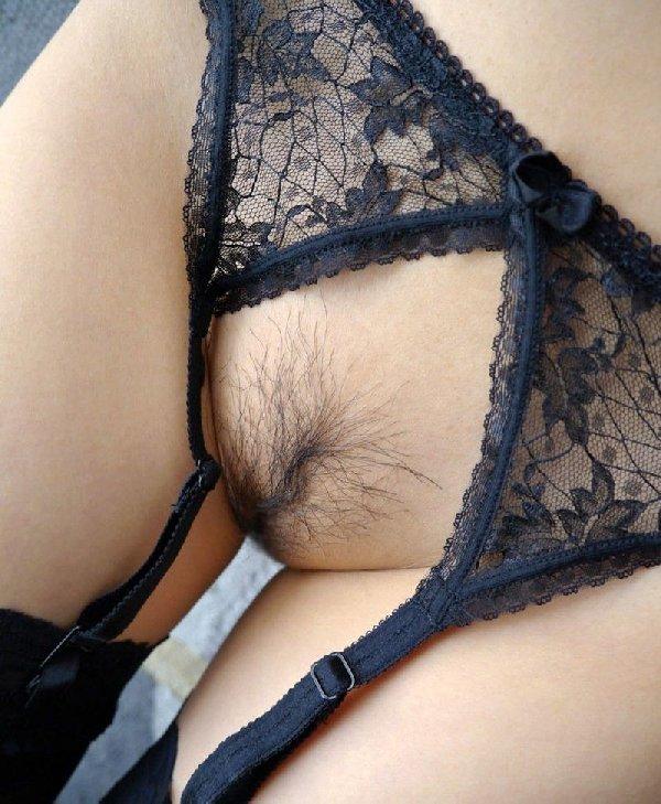 陰毛が少なくて剃る必要もなさそうな股間 (12)